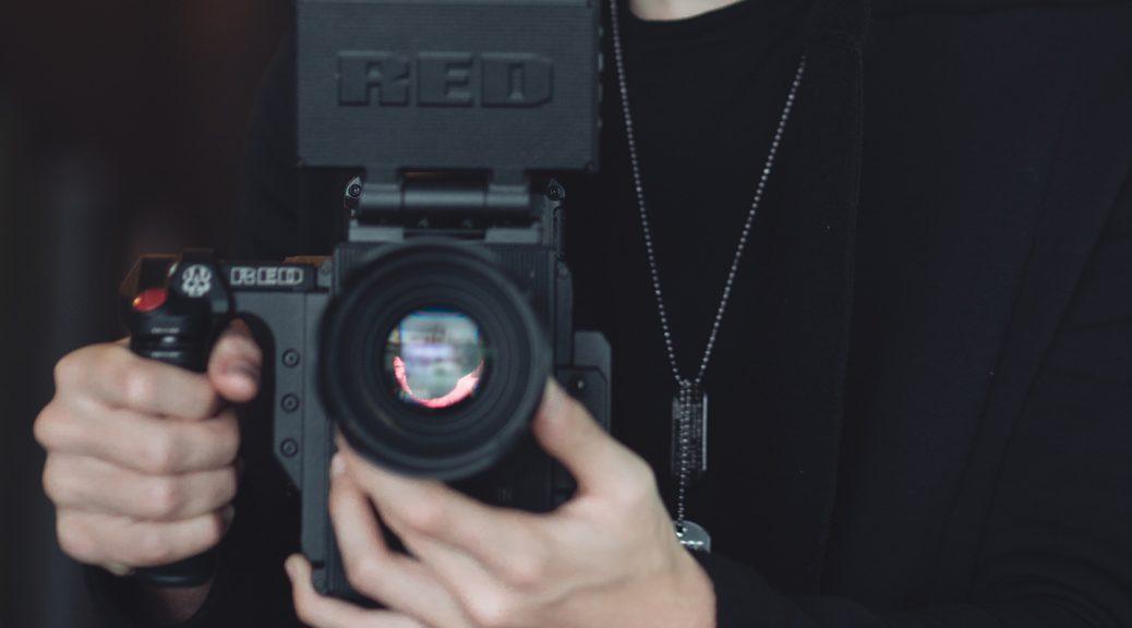 Lukas Čestovas rankose laiko video kamera